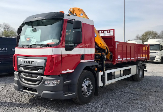 DAF LF 260 FA / 19 tonnes avec benne basculante et grue Effer foto 0